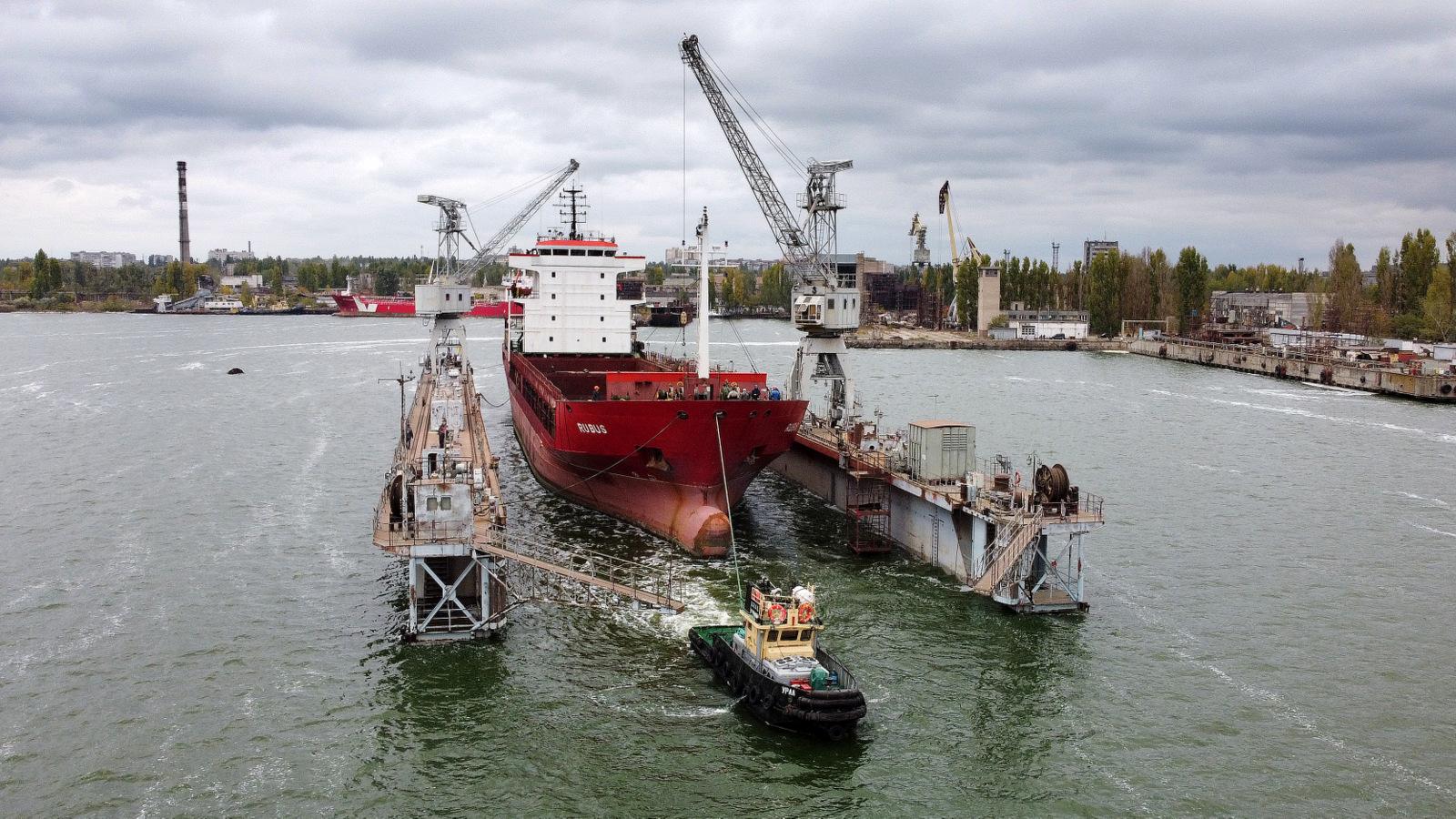 На судостроительный завод «Океан» зашло для докового ремонта сухогруз RUBUS, его планируют отремонтировать за 30 дней